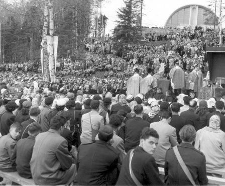 foule pèlerins vers 1952